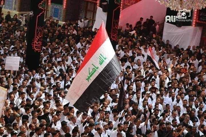 بالصور ..  المتظاهرون يرفعون العلم العراقي خلال الزيارة الاربعينية في كربلاء