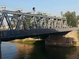 الشرطة تمنع فتاة حاولت الانتحار من اعلى جسر التون كبري بكركوك
