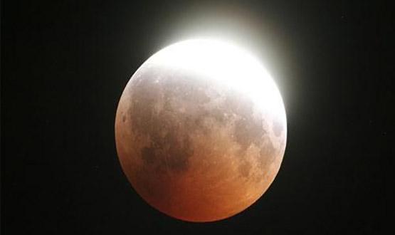 بدء خسوف القمر في العراق ودول المنطقة