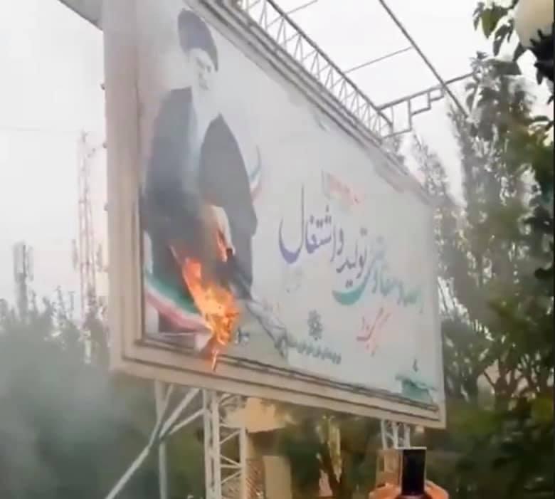 متظاهرون إيرانيون يرددون شعارات مناهضة لخامنئي وروحاني