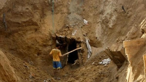 مقتل ثلاثة عمال فلسطينيين داخل نفق على الحدود بين قطاع غزة ومصر