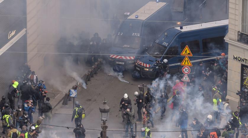 اعتقالات وقتابل الغاز المسيل للدموع وصدامات بين الشرطة ومتظاهري السترات الصفراء في باريس