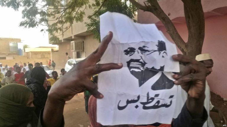 فور عودته من قطر ..  اعتقال رئيس البرلمان السوداني المنحل