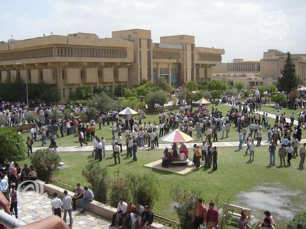 شاهد الصورة ..  طلاب جامعة الموصل يتوشحون بالسواد تضامناً مع شهداء العبارة