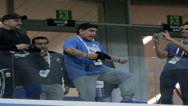 مارادونا يعرض تدريب منتخب الأرجنتين مجانًا