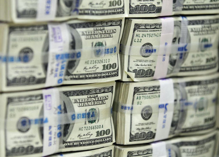Iraqi central government allowed banks to open outlets to sell the dollar to stop the decline of the dinar