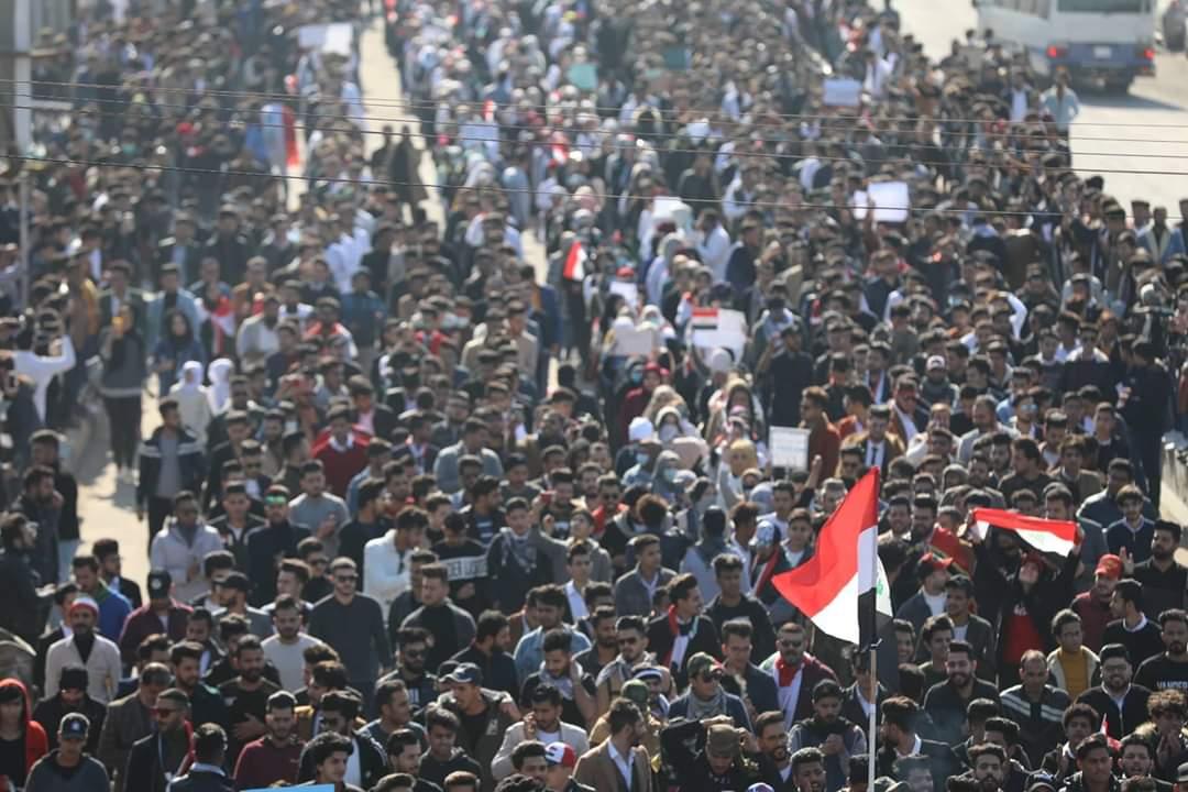 بالصور ..  البصرة الآن ..  اعداد غفيرة في سوح التظاهر   ..  ومشاركة غير مسبوقة للنساء