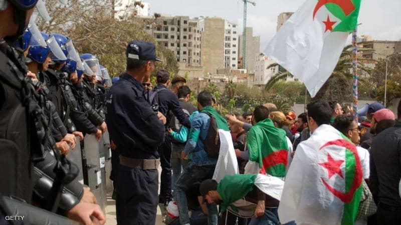 آلاف الجزائريين يطالبون بوتفليقة بالتنحي