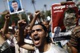 أنصار مرسي يحصنون ساحتي العدوية والنهضة تحسباً لفض اعتصامهم