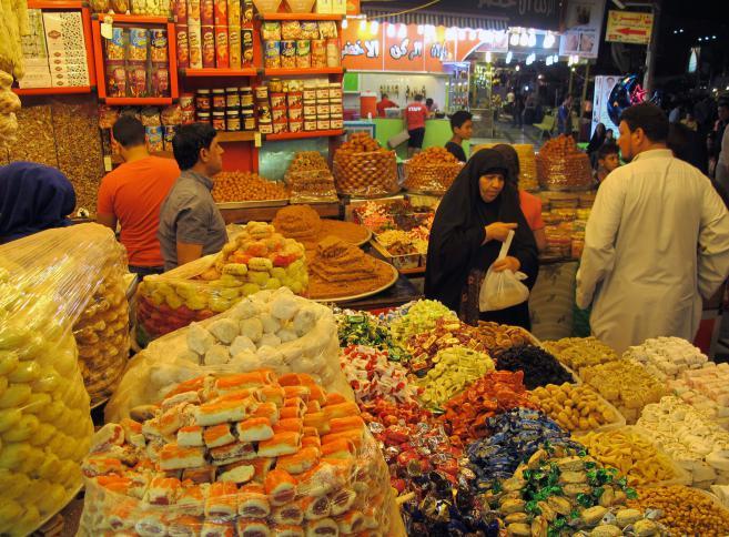 أسواق العراق في رمضان تشهد اقبال واسع على الحلوي التي تشتهر بها