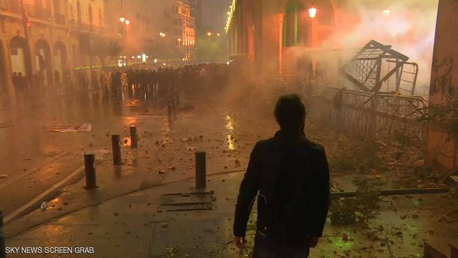 اشتباكات بين القوات الامنية والمتظاهرين قرب مجلس النواب في لبنان