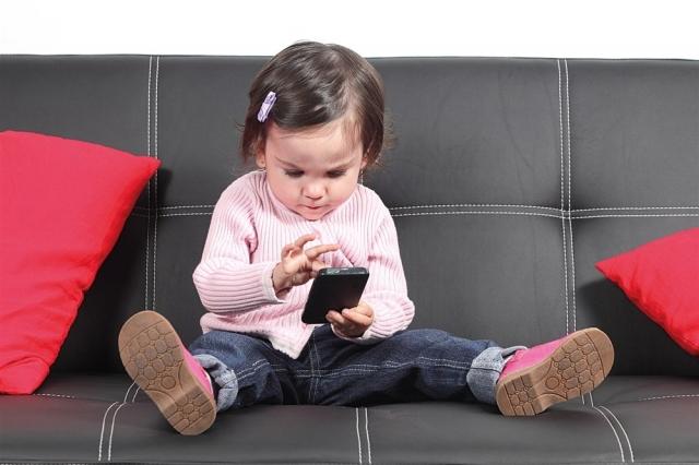 العمر المناسب لاعطاء الطفل الهواتف النقالة .. ليس كما تتوقعون ؟؟