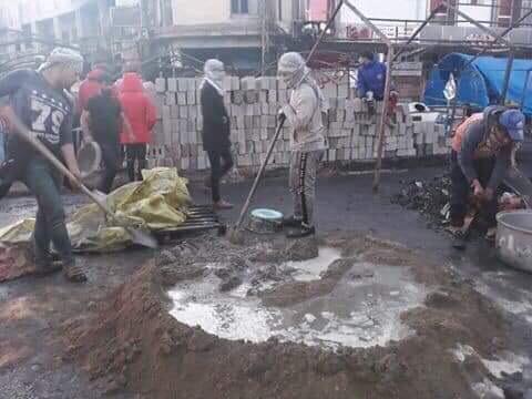 بالصور ..  المتظاهرون يباشرون ببناء سرادق من الطابوق بعد حرق خيمهم في ذي قار