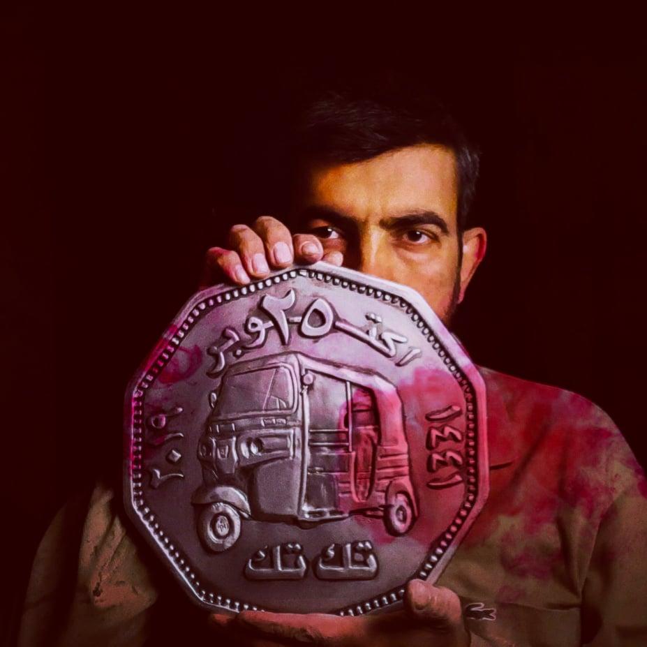 بالصور ..  فنان عراقي ينحت عملة تُخلد ايقونة التظاهرات
