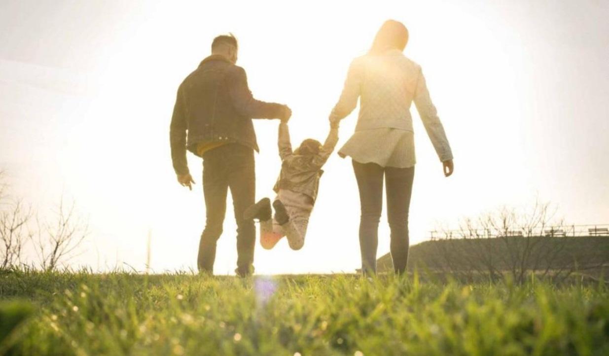 """إنجاب الأطفال يجلب السعادة """"بعد انتقالهم للعيش وحدهم"""""""