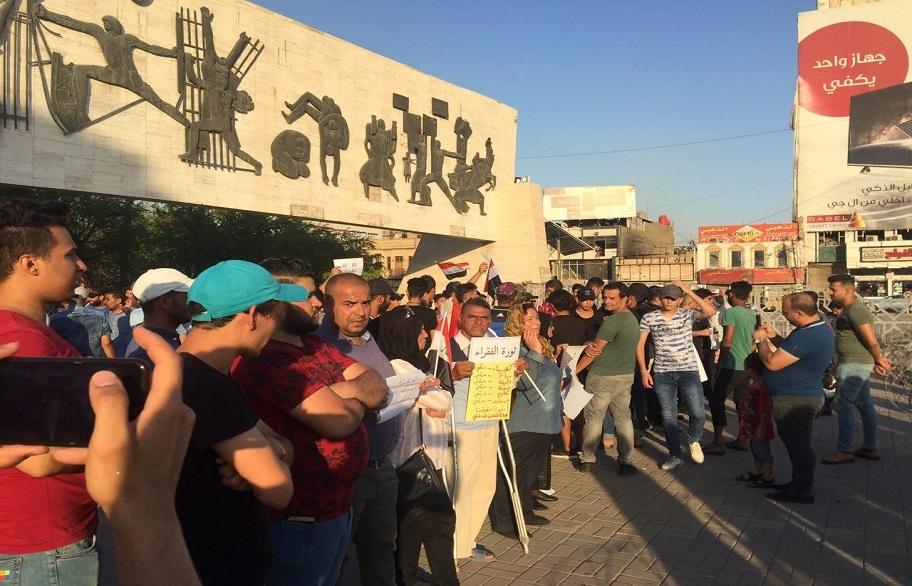اعداد قليلة تتظاهر في ساحة التحرير وسط بغداد