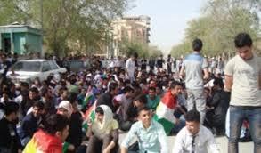 خريجو كلية الطب يتظاهرون امام مبنى محافظة السليمانية للمطالبة بتعيينهم