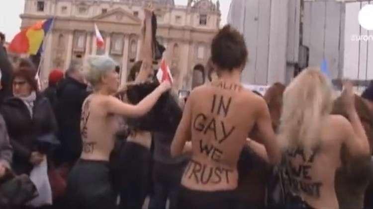 بصدر عار ناشطة من Femen تعترض موكب ترامب