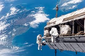 ناسا ترسل أول رحلة بشرية خارج مدار الأرض
