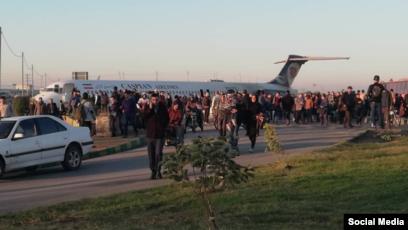 بالفيديو ..  طائرة تنحرف عن مسارها وتهبط في احد الشوارع جنوب غربي ايران