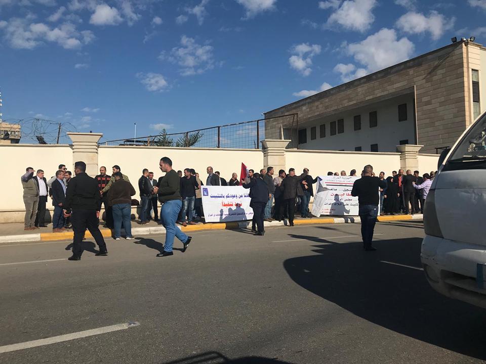 موظفو العقود في مفوضية الانتخابات يتظاهرون أمام بوابة المنطقة الخضراء للمطالبة بتثبيتهم