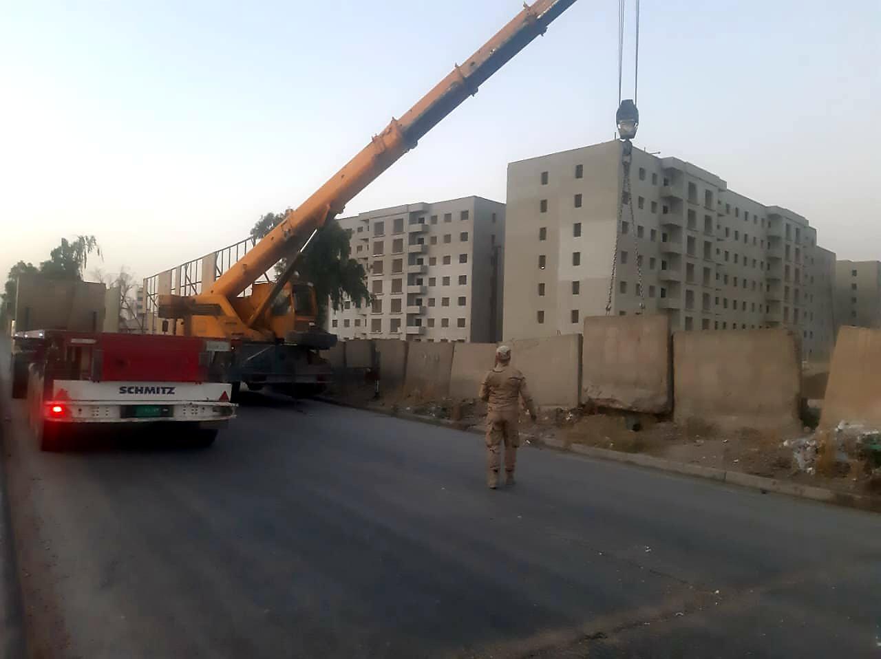 رفع كتل كونكريتية غرب بغداد