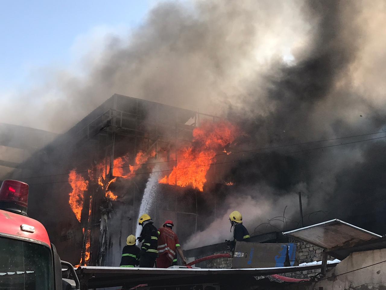 بالصور ..  النيران تلتهم سوق مجمع الكليات في منطقة باب المعظم وسط بغداد