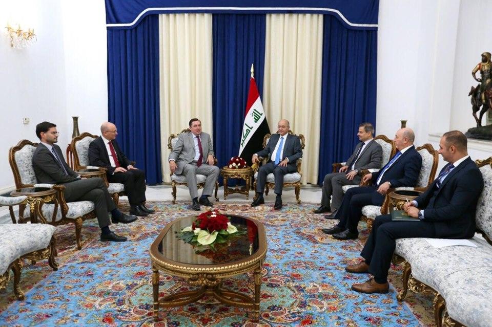 رئيس الجمهورية لمندوبي بريطانيا وفرنسا وألمانيا: توجهات العراق ترتكز على الابتعاد عن سياسة المحاور