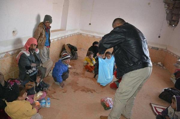 قوات الحشد تستقبل عشرات العوائل الهاربة من قضاء الحويجة