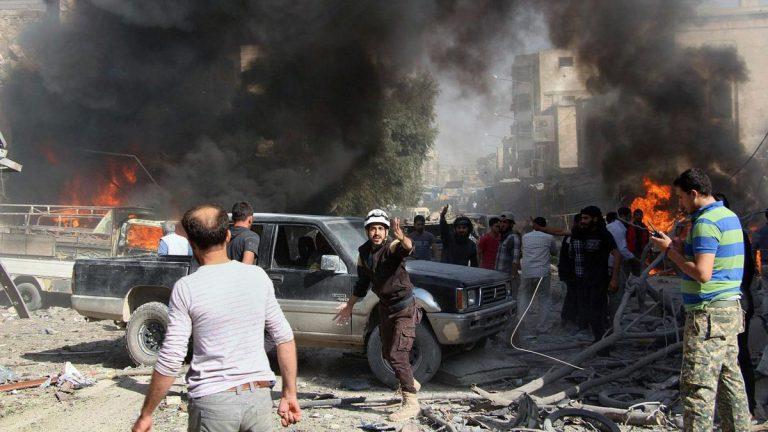 مقتل 20 شخصًا بقصف جوي على سوق شعبي في إدلب