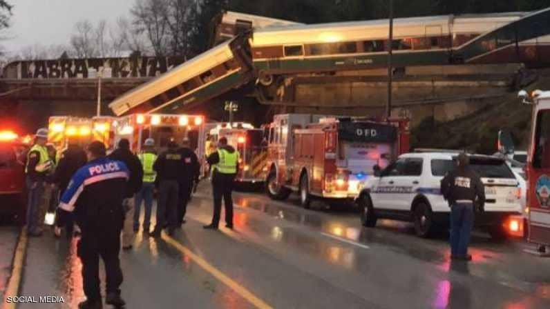 (بالصور) .. سقوط قطار من فوق جسر في واشنطن