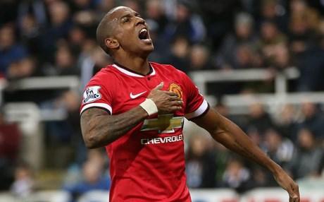 مانشستر يونايتد يجدد عقد أشلي يونغ لعام إضافي