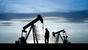 النفط يتجه لأكبر خسارة أسبوعية بعد زيارة الطلب