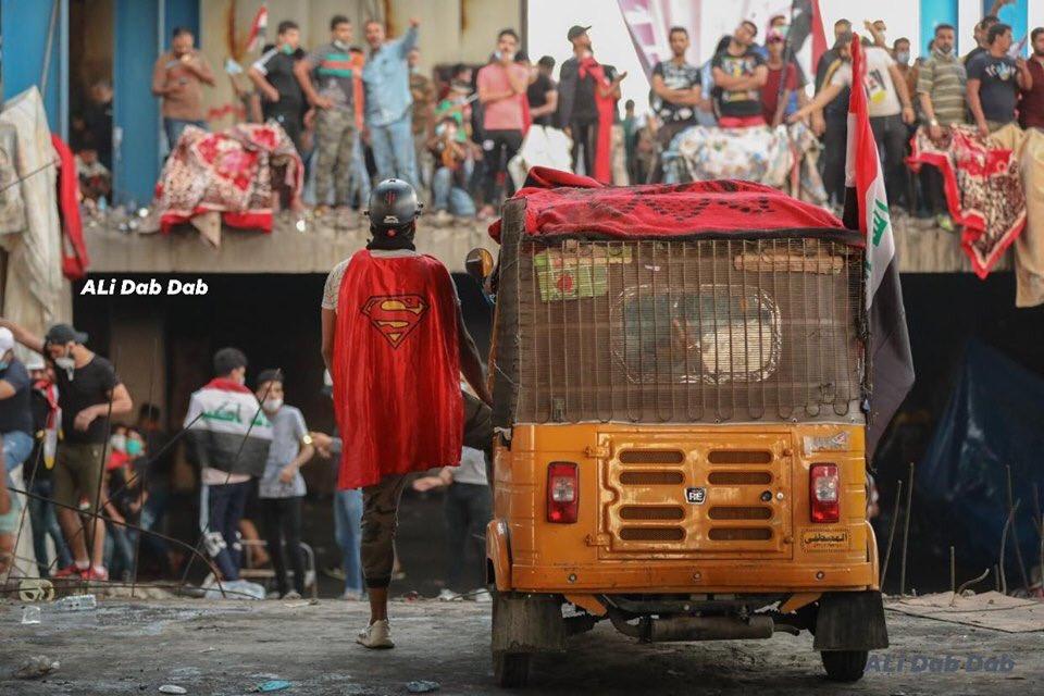 """بالفيديو ..  قوات مكافحة الشغب يحرقون عربة """"تك تك"""" في الخلاني"""