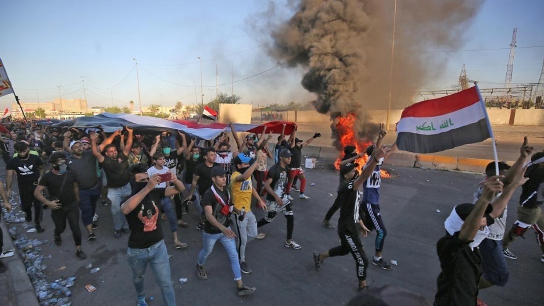 بالفيديو ..  مكافحة الشغب تطارد المتظاهرين في السنك وتطلق عليهم قنابل الغاز المسيل للدموع