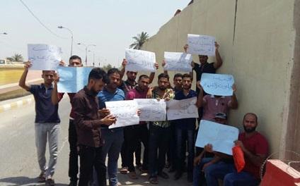 خريجون تربية الديوانية يقطعون طريق مجلس المحافظة للمطالبة بالتعيين