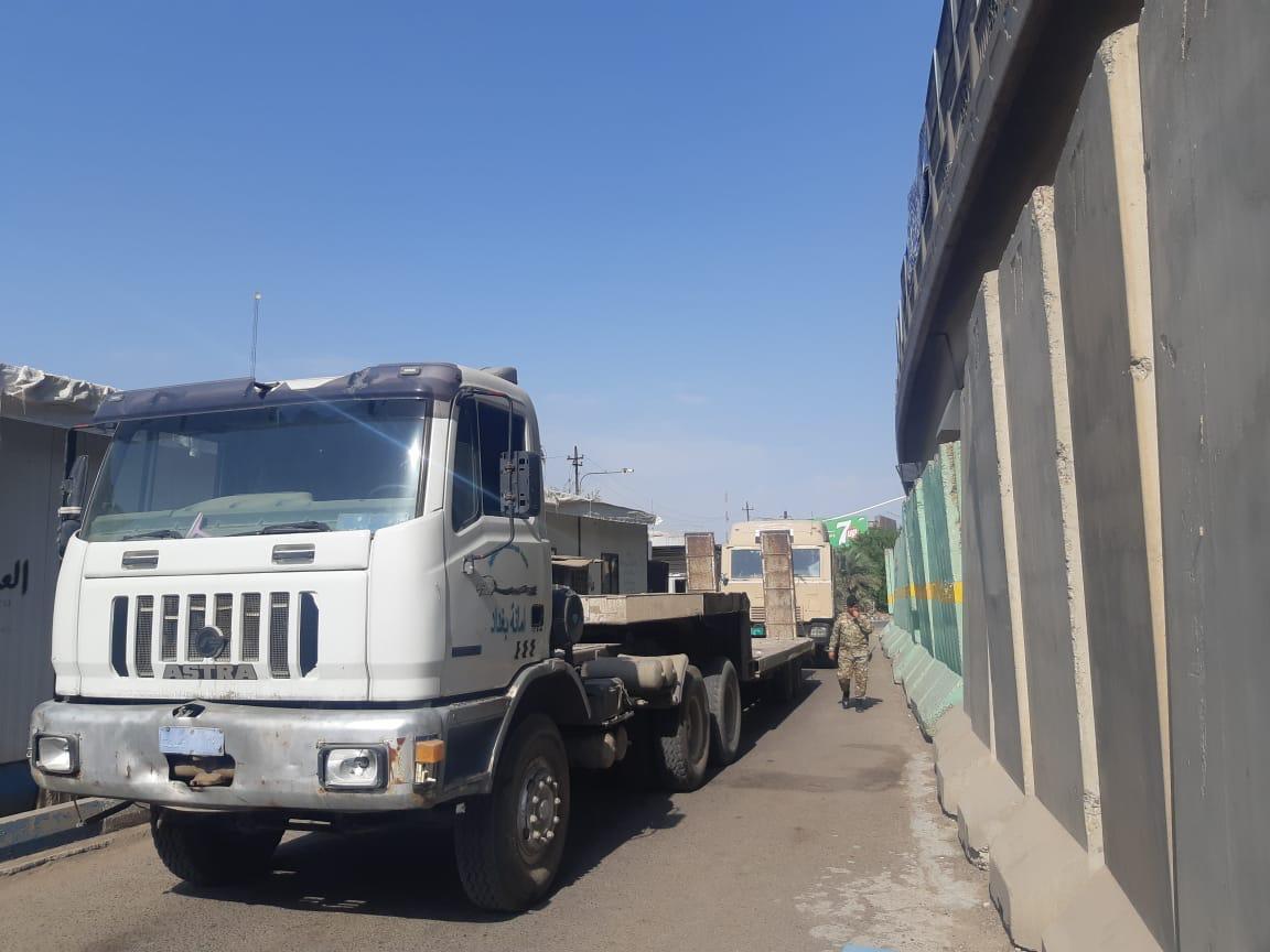 رفع الكتل الكونكريتية من محيط مبنى حكومي وفتح الطريق المحاذي له جنوب بغداد
