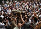 اشتباكات في محيط كاتدرائية شرقي القاهرة عقب مشاركة آلاف المسيحيين بتشييع 4 من قتلاهم