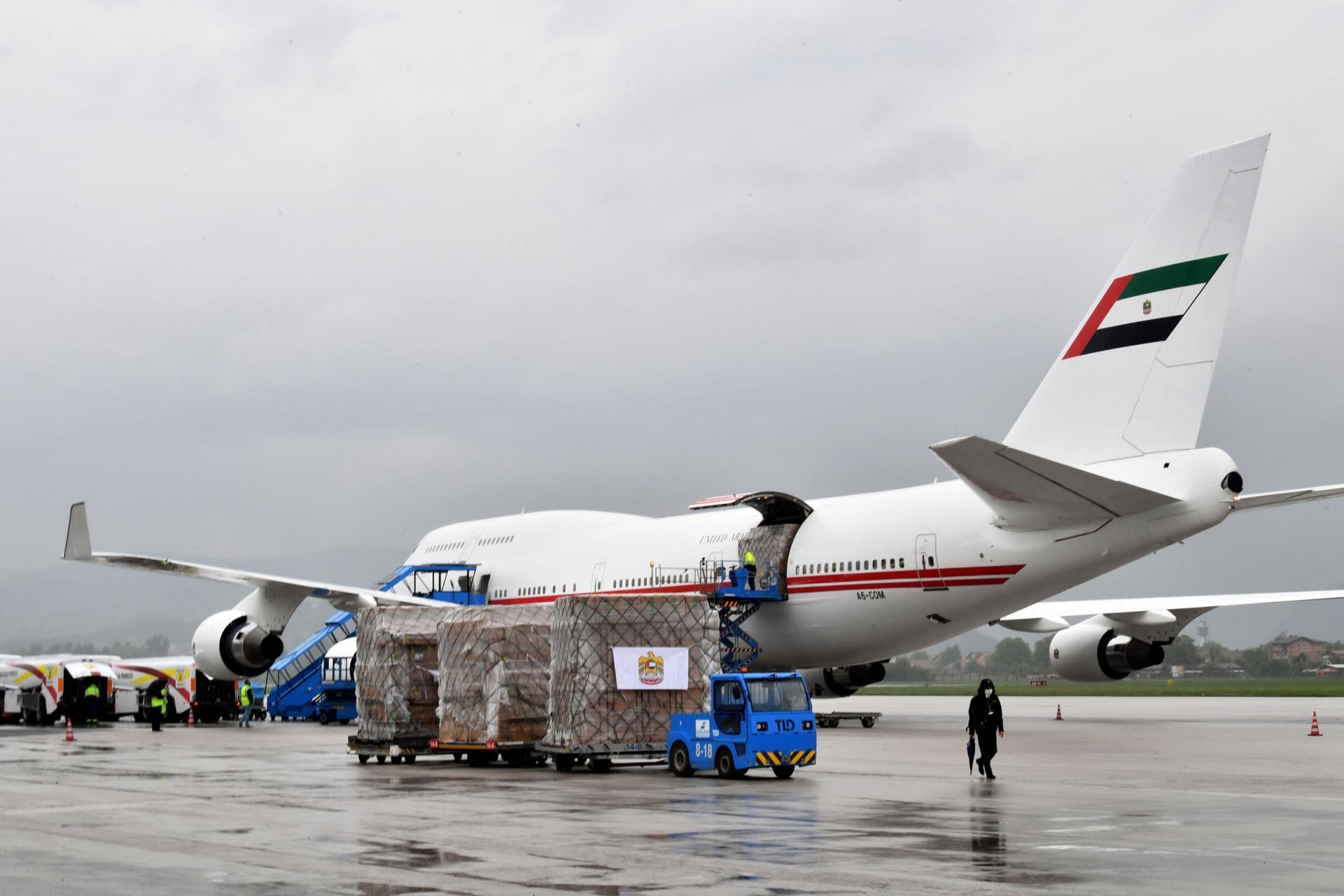 وصول طائرة المساعدات الطبية من الإمارات لدعم العراق في مكافحة فيروس كورونا