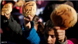 شاحنة مساعدات تكسر حصار مخيم اليرموك للاجئين الفلسطينيين في دمشق