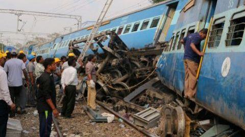 قطار ينحرف عن مساره ويقتل 50 شخصا في الهند