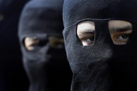 عصابة مسلحة تقتحم منزلا في البنوك وتسلبهم مصوغات ذهبية ومبالغ مالية