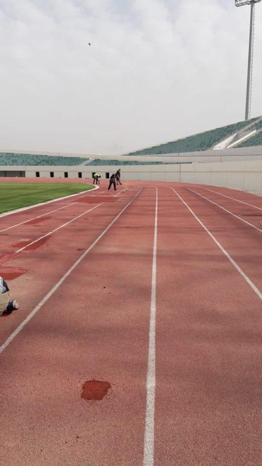 بالصور ..  الشباب والرياضة تقوم بادامة وتصليح ارضية مضمار العاب القوى بملعب ميسان الاولمبي