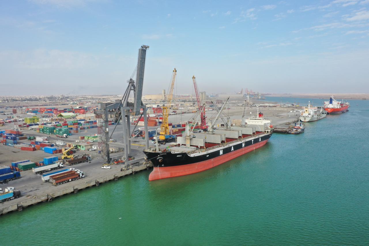 النقل تعلن استمرار عمليات الشحن والتفريغ للبضائع في ارصفة الموانئ العراقية