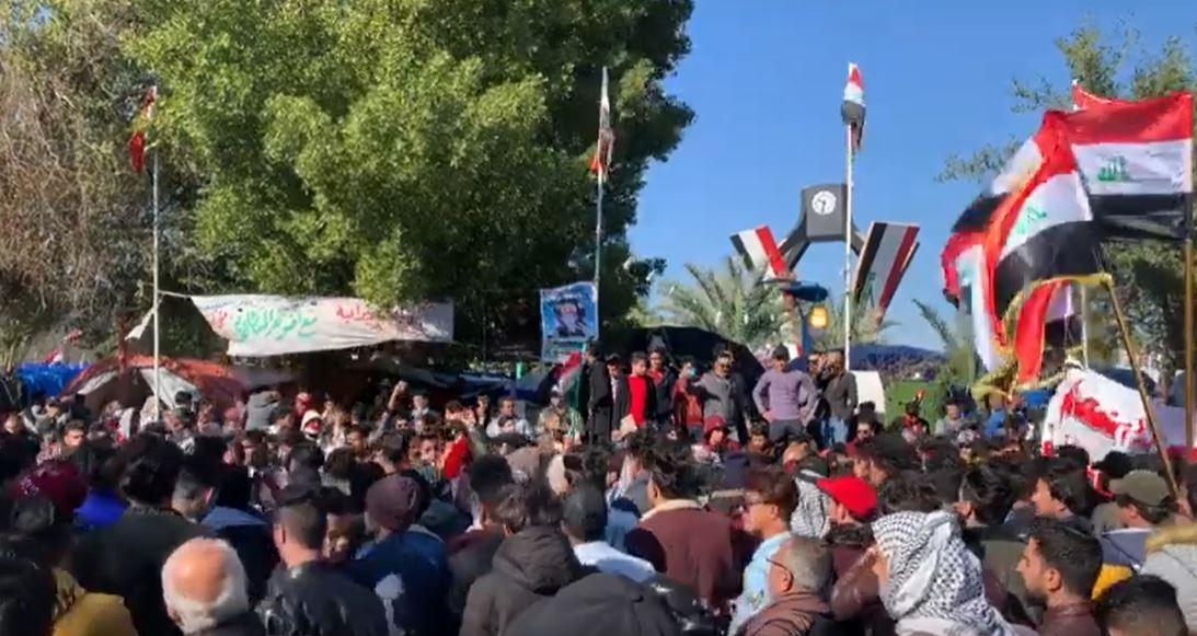 بالفيديو ..  الاف الطلبة والاكاديميين يتظاهرون وسط الديوانية