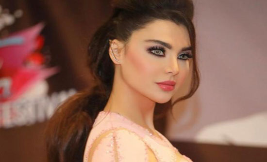 فنانة عربية تثير الجدل بفستان يبرز مفاتنهاا ولكم مع .... منتقبات ؟؟؟