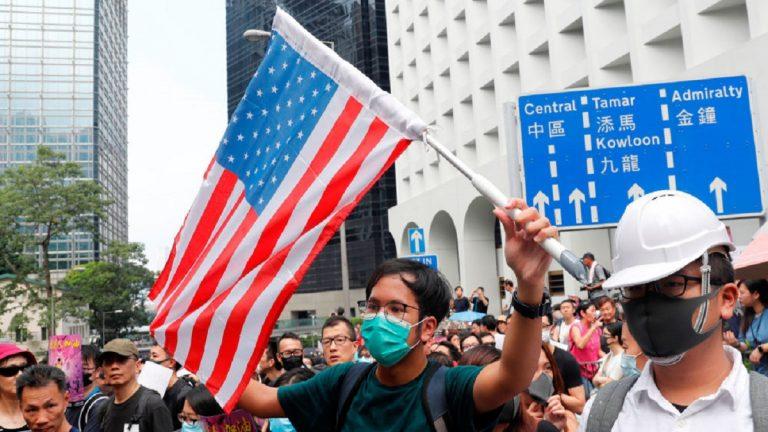 """متظاهرو هونغ كونغ يحتشدون أمام القنصلية الأمريكية لـ""""تحرير""""مدينتهم"""