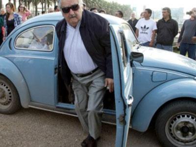 شاهد السيارة ..  شيخ عربي يعرض على رئيس الأوروغواي شراء سيارته بمليون دولار