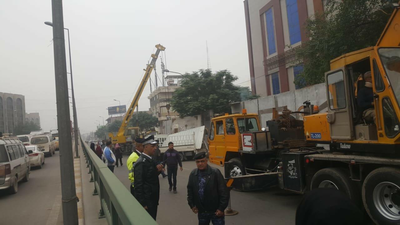 رفع الصبات الموجودة من امام مصرف الرشيد فرع الصالحية من ساحة المتحف قرب مجسر الصالحية