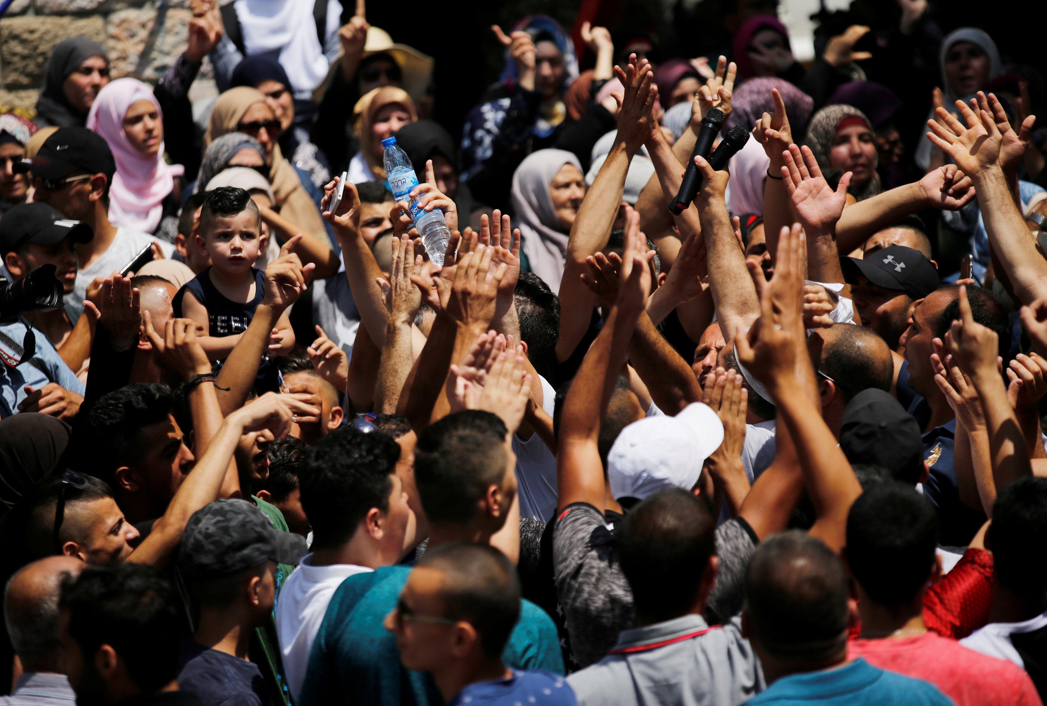 الفلسطينيون يحتفلون فى القدس بإلغاء الإجراءات الأمنية وفتح المسجد الأقصى